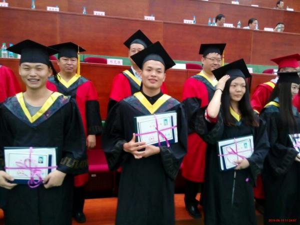 我院学生参加毕业典礼活动